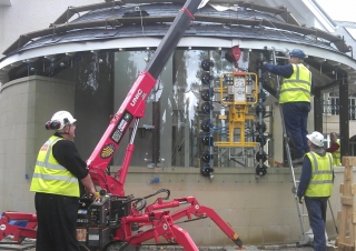 A URW-094 mini spider crane working with a DSL2 Curved Glass Vacuum Lifter