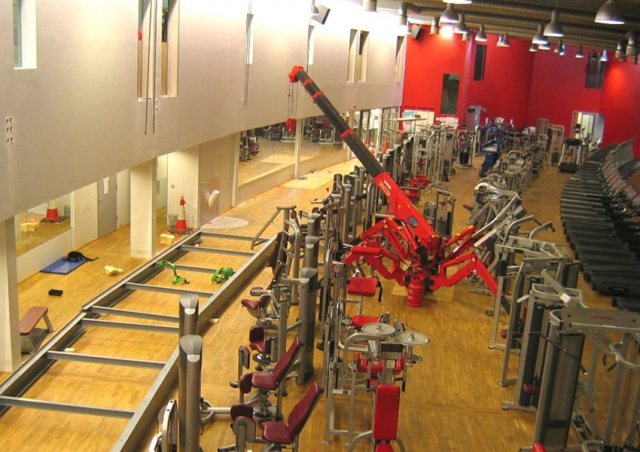 In France this URW-095 helped install a steel frame for a walkway at a gym