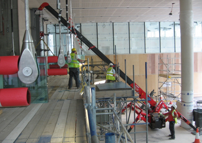 The URW-295 max boom length of 8.65m made this glazing job easier