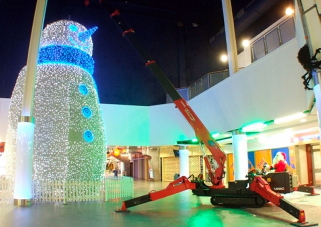This URW-376 helped bring the Christmas cheer to a shopping centre by installing a giant snowman