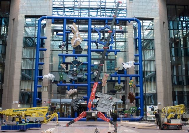 In Prague this URW-506 spider crane helped install this art piece