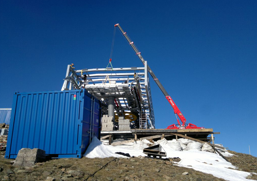 This URW-547 mini spider crane had some excellent views from a mountaintop in the Czech Republic