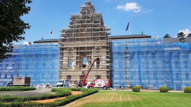 UNIC URW-706 Installs Glass On Czech Republic Government Building